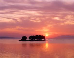 夕日の宍道湖と嫁ヶ島 島根県の写真素材 [FYI03881536]