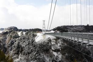九重夢大吊橋の雪景色の写真素材 [FYI03881899]