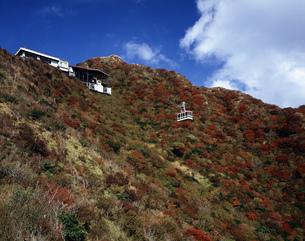 雲仙秋の妙見岳とロープウェイの写真素材 [FYI03881902]