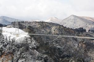 九重夢大吊橋の雪景色の写真素材 [FYI03881905]