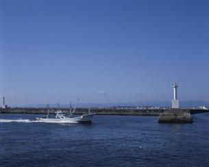 港へ帰る漁船の写真素材 [FYI03882308]