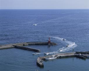 漁港へ帰る漁船の写真素材 [FYI03882310]