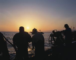 早朝の定置網漁の写真素材 [FYI03882331]