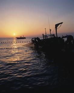早朝の定置網漁の写真素材 [FYI03882332]