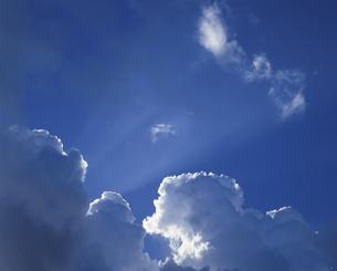 雲間からもれる光の写真素材 [FYI03882465]