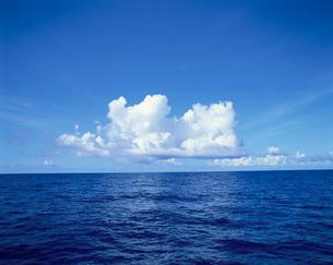 外洋の海と雲の写真素材 [FYI03882527]