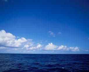 外洋の海と雲の写真素材 [FYI03882532]
