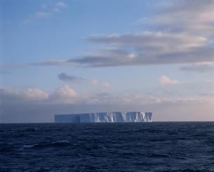 夕景の氷山の写真素材 [FYI03882607]