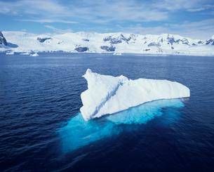 海面に浮かんだ氷の写真素材 [FYI03882608]