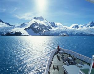 氷河に向かう客船の写真素材 [FYI03882627]