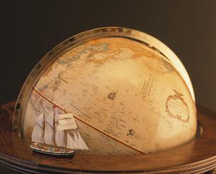 地球儀と帆船の写真素材 [FYI03882907]