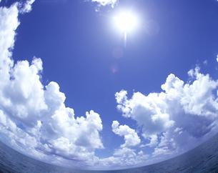 海と太陽と雲の写真素材 [FYI03882961]