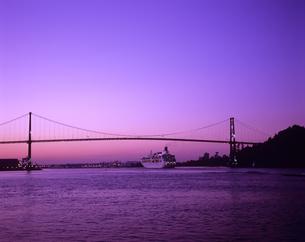 朝焼けの橋をくぐる客船の写真素材 [FYI03882987]