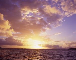 朝焼けの海の写真素材 [FYI03882996]