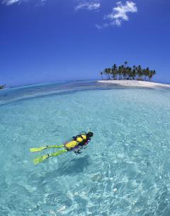 水面を泳ぐ女性ダイバーの写真素材 [FYI03883070]