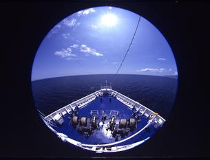 魚眼の船首と海と太陽の写真素材 [FYI03883167]