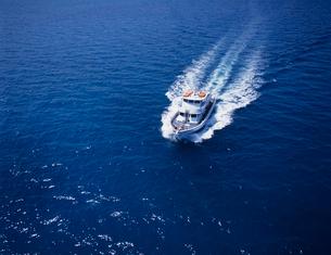 大型ボートの空撮の写真素材 [FYI03883419]