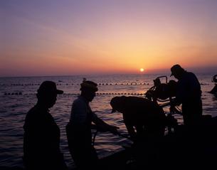 早朝の定置網漁の写真素材 [FYI03883422]