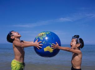 地球儀を持つ少年の写真素材 [FYI03883544]