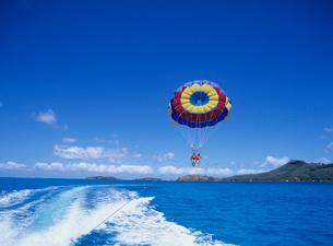 ボートの航跡とパラセール ボラボラ島の写真素材 [FYI03883673]