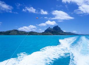 ボートの航跡とパラセール ボラボラ島の写真素材 [FYI03883674]