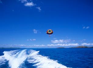 ボートの航跡とパラセール ボラボラ島の写真素材 [FYI03883680]