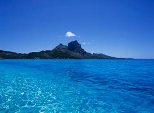 海面と島 ボラボラ島の写真素材 [FYI03883681]