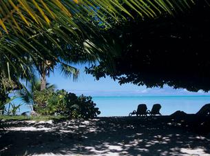 木陰から見た海とデッキチェア ボラボラ島の写真素材 [FYI03883708]
