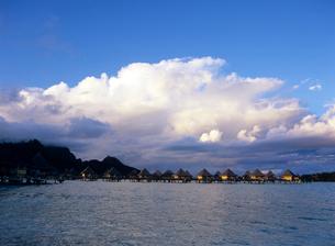 モアナビーチホテルの夕景 ボラボラ島の写真素材 [FYI03883728]