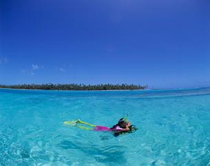 水面で休む女性ダイバー タヒチの写真素材 [FYI03883807]