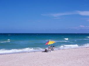 ビーチで日光浴の写真素材 [FYI03884076]