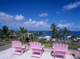 ピンクのイスと海の写真素材 [FYI03884140]