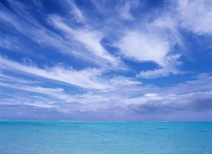 サンゴ礁の海とすじ雲 ボラボラ島の写真素材 [FYI03884403]