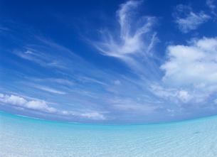 サンゴ礁の海とすじ雲 ボラボラ島の写真素材 [FYI03884404]