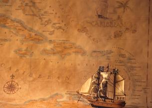 古い地図と帆船模型の写真素材 [FYI03884468]