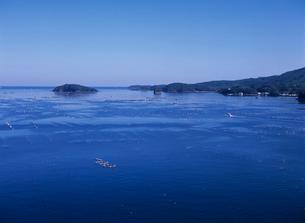 海面に浮かぶ養殖イカダ 南三陸町の写真素材 [FYI03884489]