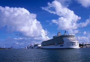 マイアミ港に並んだ客船の写真素材 [FYI03884501]