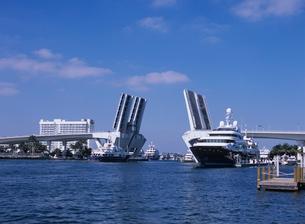 開いた跳ね上げ橋を通過するボート フロリダの写真素材 [FYI03884539]