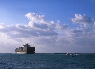 早朝に出航していく貨物船 マイアミの写真素材 [FYI03884823]