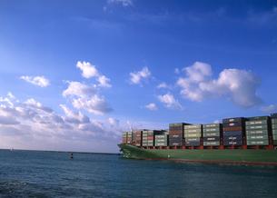 港を出港していくコンテナ船 マイアミ港の写真素材 [FYI03884826]