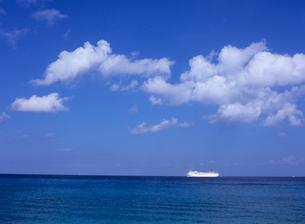海と雲と客船 コズメルの写真素材 [FYI03884901]