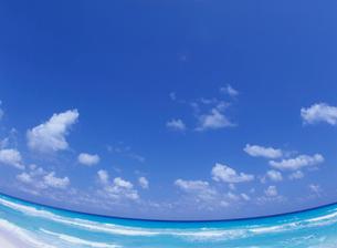 海と空と雲 魚眼の写真素材 [FYI03884933]