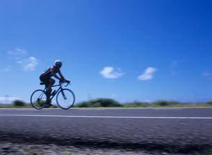 道路を走る自転車 オアフ島の写真素材 [FYI03885013]