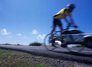 道路を走る自転車 オアフ島の写真素材 [FYI03885018]