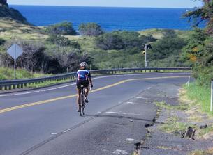 道路を走る自転車 オアフ島の写真素材 [FYI03885019]