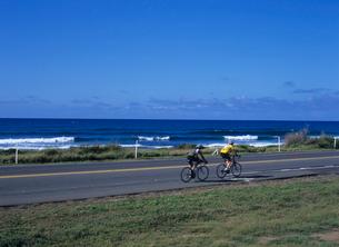 海岸の道路を走る自転車 オアフ島の写真素材 [FYI03885023]