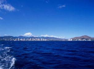 沖合いから見たワイキキとダイアモンドヘッド オアフ島の写真素材 [FYI03885123]
