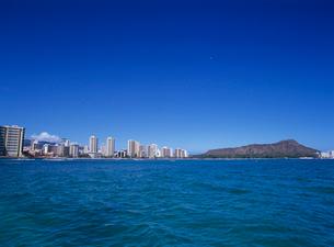 沖合いから見たワイキキとダイアモンドヘッド オアフ島の写真素材 [FYI03885126]
