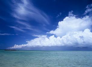 海面と入道雲とスジ雲の写真素材 [FYI03885160]