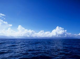海面と入道雲と西表島 沖縄県の写真素材 [FYI03885253]
